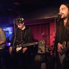 Wellness live - Bassist Simon Armbruster kündigt die Zugabe an.