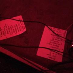 """Wellness live - Die Songlisten am Boden der Bühne zeigen das komplette Album """"Immer Immer"""" plus zwei neue Songs als Zugaben."""